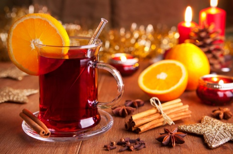 festive-display-of-mulled-wine-garnished-with-oranges-and-cinnamon-sticks-star-anise-candles-and-other-christmas-decorations