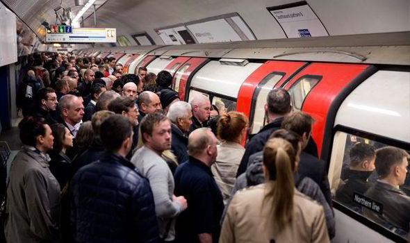 Crowded-London-Underground-platform-563435
